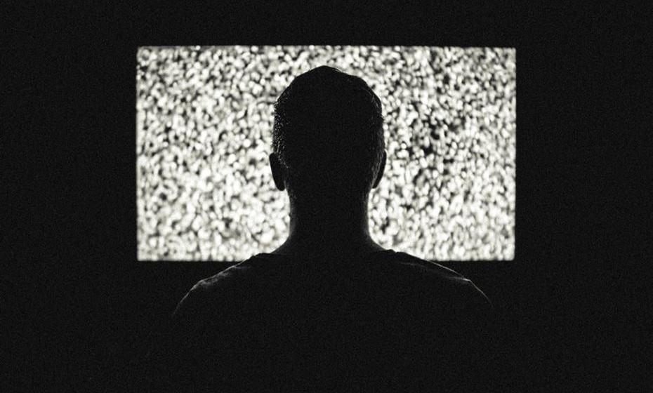 Evite realizar outra atividade enquanto come, como: assistir televisão, ler uma revista ou o jornal, falar ao telefone, entre outras situações. Isto pode distraí-lo e desta forma não se aperceber da quantidade que come. Para além do mais, toda a vez que se sentar à frente da televisão, por exemplo, pode lembrar-se de comida ou em comer.