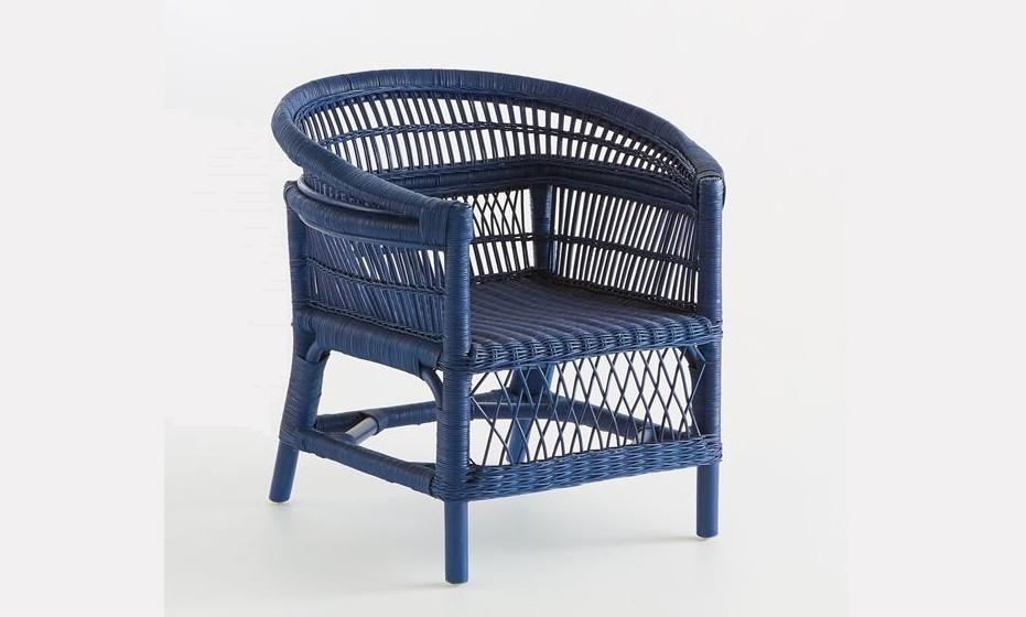 Esta cadeira em palhinha pintada de azul marinho confere um estilo colonial e espírito de aventura à personalidade do quarto.