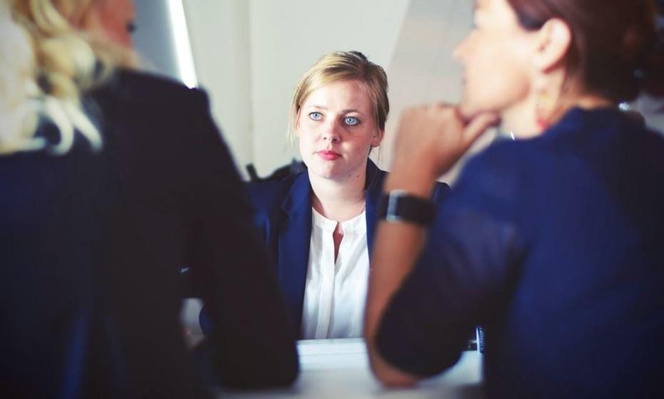Converse com os seus colegas e pares para se atualizar das solicitações e do que aconteceu durante estas semanas. Se lidera uma equipa, agende uma reunião de status logo nos primeiros dias.