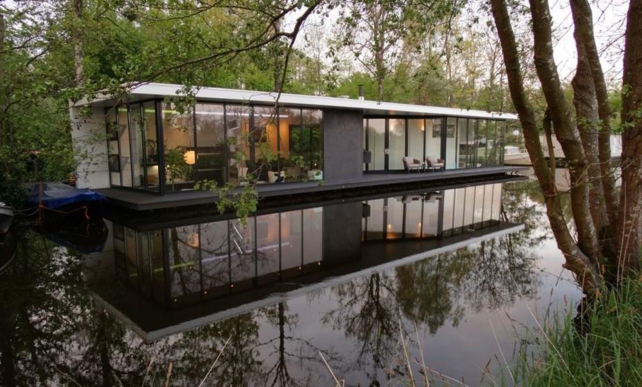 Casa flutuante na Holanda: Nos Países Baixos, viver em barcos ou casas flutuantes é normal. Se quiser usufruir desta experiência, vá até Giethoorn.