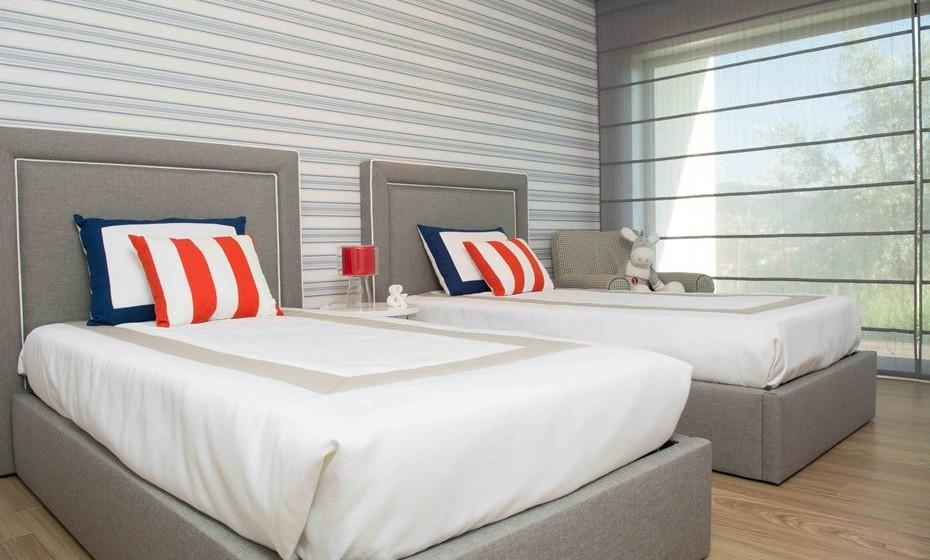 Se para si a cama branca é um cliché, opte por tons neutros. Acrescente um elemento decorativo, como por exemplo uma linha, ou um encordoamento para uma representação naval.