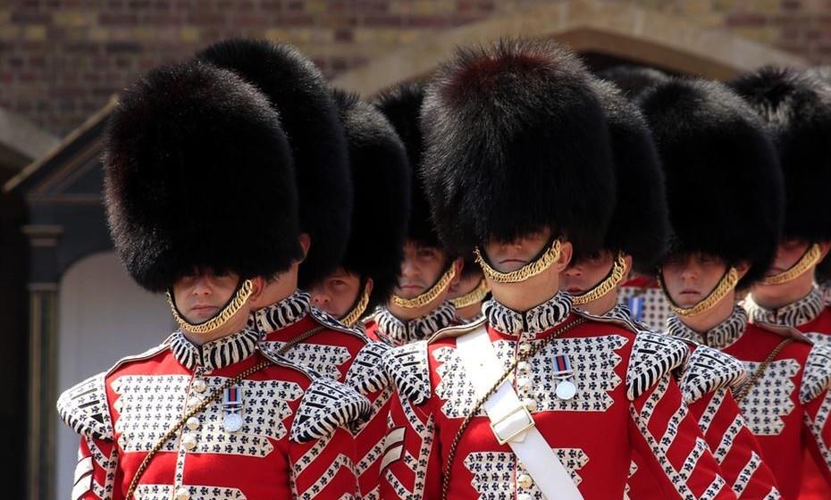 Se quer ver a mudança da guarda no Palácio de Buckingham, prepare-se para acordar cedo para conseguir um lugar na frente de centenas de turistas. Sim, é isso que vai lá encontrar. Para uma autêntica experiencia britânica, beba um chá às 17h, recomenda a revista.