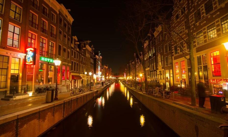 O Bairro Vermelho em Amesterdão é passagem obrigatória para quem visita a capital holandesa. Mas não pense que vai lá encontrar algum glamour, revela a revista. As ruas estão cheias de pessoas alcoolizadas e despedidas de solteiros. O ambiente está mais próximo do deprimente do que do excitante.