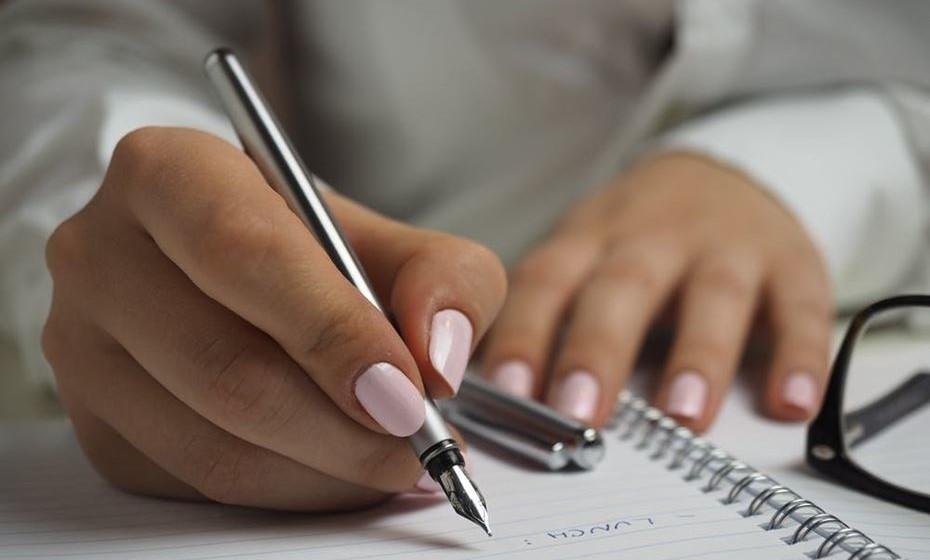Antes de ir ao supermercado, faça uma lista do que precisa para aquela semana e compre somente o que estiver escrito e nada mais!