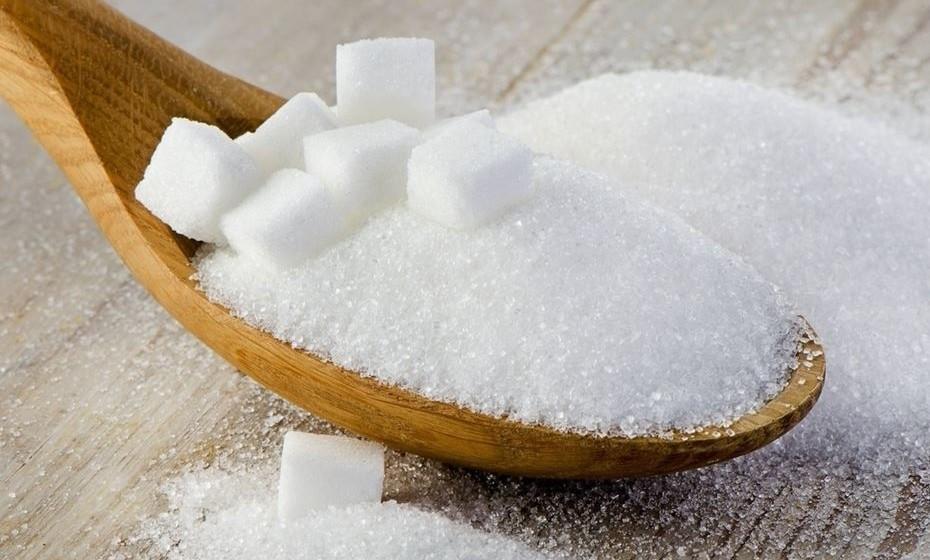 Açúcar – Tal como o sal, muitos dos alimentos que mais tempo se preservam são rios em sal e/ou açúcar. Tal como o sal, o açúcar extrai a água, não permitindo a proliferação de bactérias. (Fonte: Associação de Dietistas Britânica)