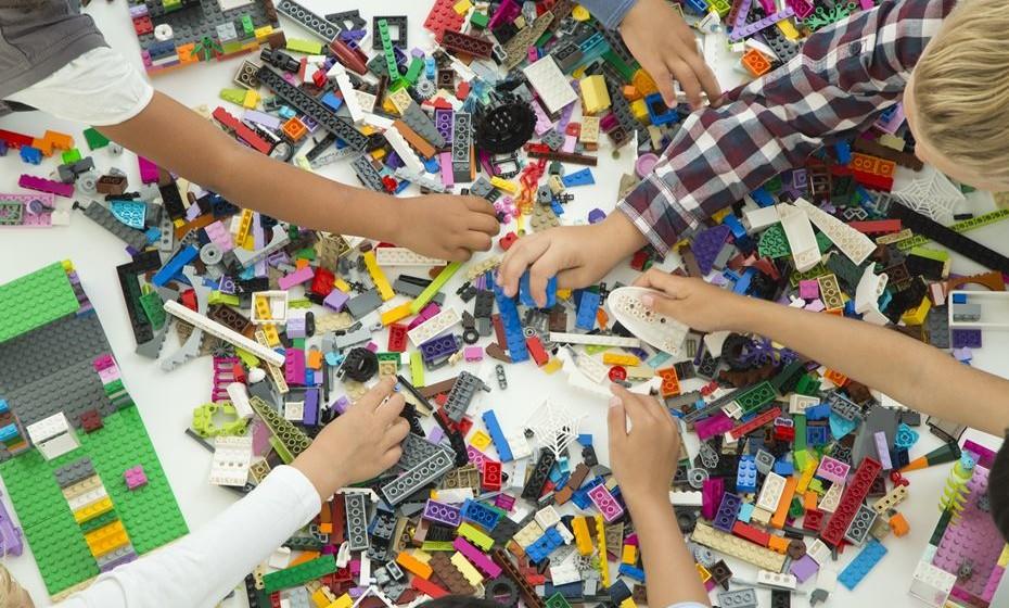 Um dos brinquedos preferidos das crianças de todo o mundo celebra 85 anos. De um pequeno atelier de carpinteiro na Dinamarca passou a marca global que define tendências em brinquedos e inspira miúdos e graúdos em todo o mundo. Veja alguns modelos.