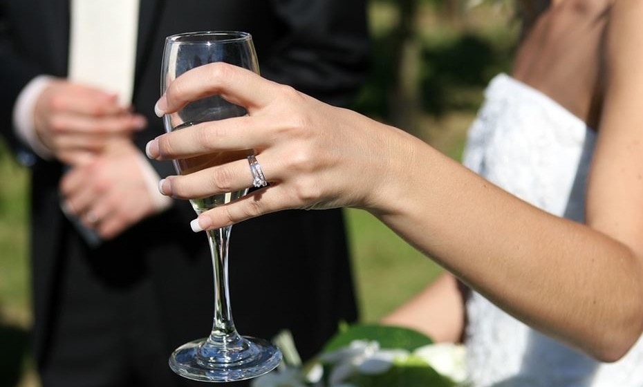 O dedo anelar da mão esquerda está diretamente ligado ao coração, por isso é o escolhido para usar a aliança de casamento.