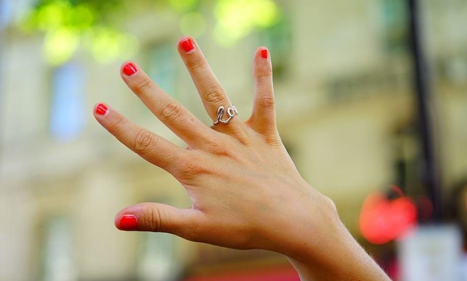Dedo anelar: usar um anel neste dedo revela que é uma pessoa emotiva e defensora do amor e da família. Também deverá ser criativa e ter ótima capacidade de expressão.