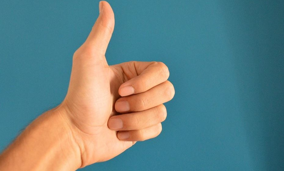 Dedo polegar: simboliza a força de vontade e está ligado ao nosso interior. Assim sendo, ao usar um anel neste dedo está a aumentar a sua força de vontade ou a dar força a outros, caso seja destra e escolha usá-lo no polegar esquerdo.