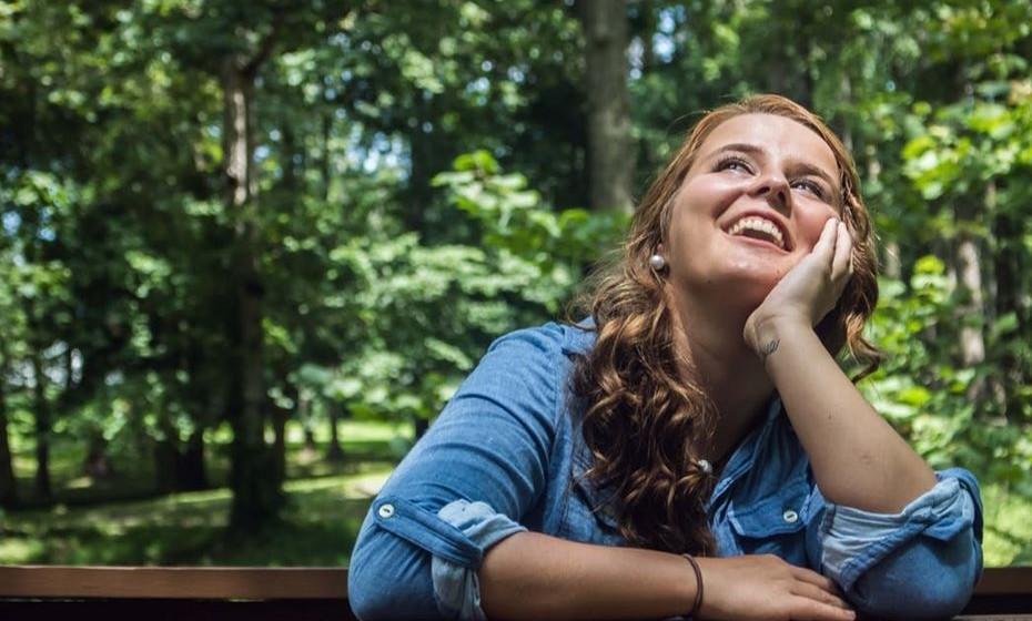 «Adoro rir» - Não adoramos todos? Ao escrever esta frase, está a querer dizer que é uma pessoa bem disposta, mas na realidade não está a dizer nada de concreto. Ninguém vai iniciar uma conversa perguntando: «Então, gosta de rir?».