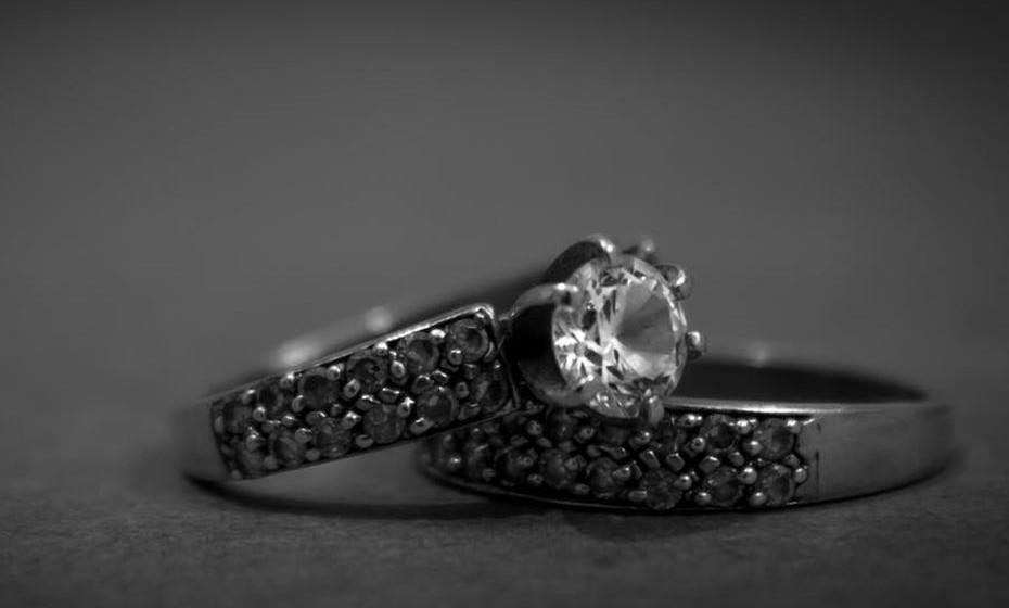 Além da simbologia dos dedos em que usa os anéis, não esqueça de verificar o significado dos materiais.