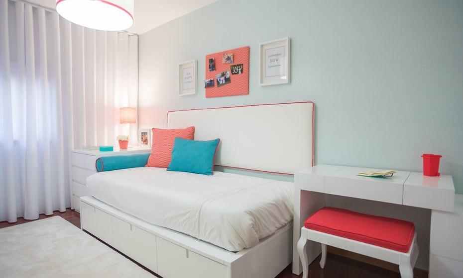 Para quartos pequenos é essencial ter bastante arrumação. Pode optar por camas com gavetas.