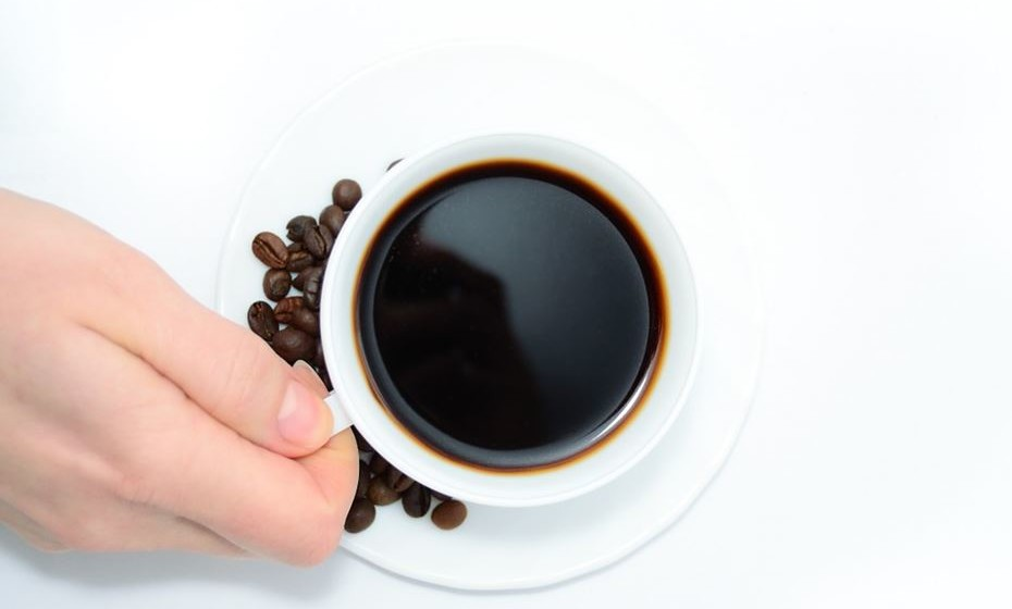 Café – é uma bebida naturalmente diurética devido à cafeína na sua composição. Beber uma a duas chávenas de café pode atuar como diurético e ajudar na perda de água a curto prazo. No entanto, a pessoa pode criar tolerância às propriedades diuréticas do café e não experimentar nenhum efeito, revela a nutricionista.