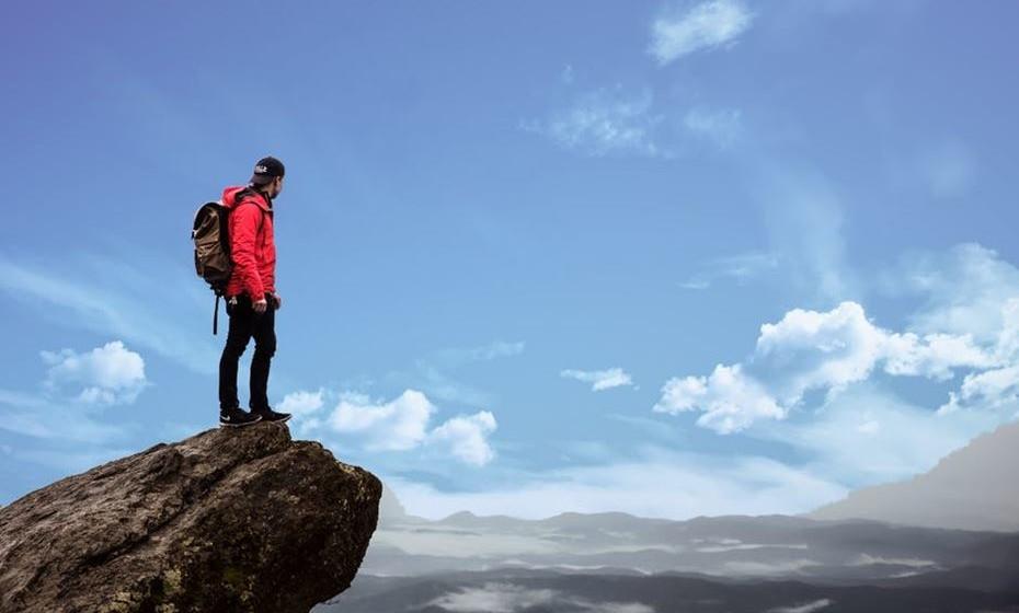 Defina objetivos atingíveis (Attainable). Nem fácil e nem difícil demais. Evite os extremos. Mantenha os pés no chão para não se desmotivar no meio do caminho. Planeie o que deve fazer para atingir a sua meta, aposte nas suas forças, crie etapas, identifique recursos, priorize as suas acções. Ex: iniciar uma alimentação mais saudável; fazer exercício físico duas vezes por semana.