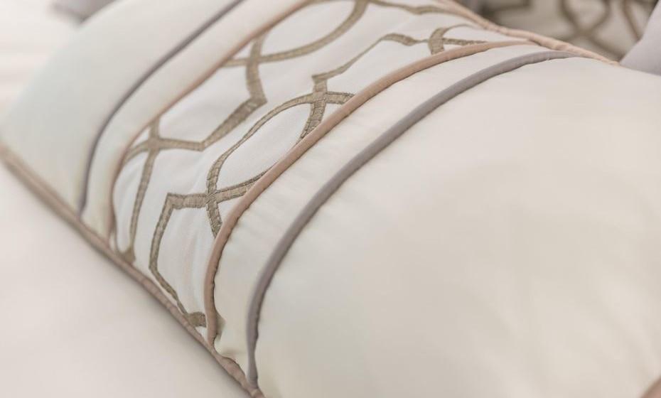 Se gosta de padrões mas tem medo de os usar e acha arriscado utilizar papel de parede, aplique padrões nas almofadas.