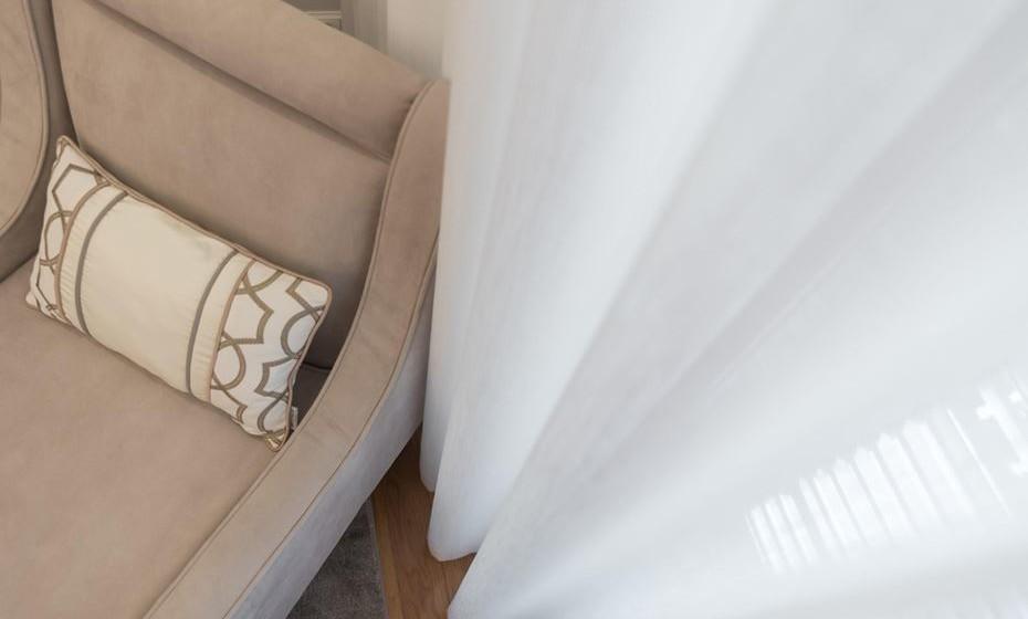 Coloque cortinas em tecido alinhado para tornar o ambiente mais acolhedor.