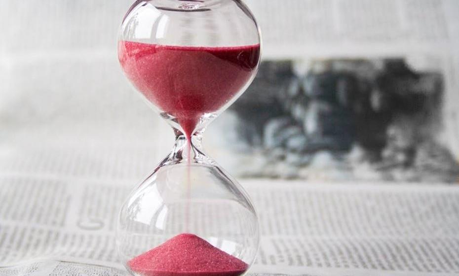 """Defina um prazo (Time-Bound). Quando quer atingir o seu objetivo? Organize o seu tempo e coloque prazos para a execução de cada ação prevista. Se não definir um prazo, tenderá a realizar as suas tarefas """"quando der"""", prejudicando a concretização das metas. Se não atingir as metas no prazo previsto, não fique prorrogando. Verifique o que saiu fora do planeado e refaça os planos. Se a projeção do prazo inicial não tiver sido realista, reveja de forma a antecipar ou prorrogar o prazo, mas seja coerente."""