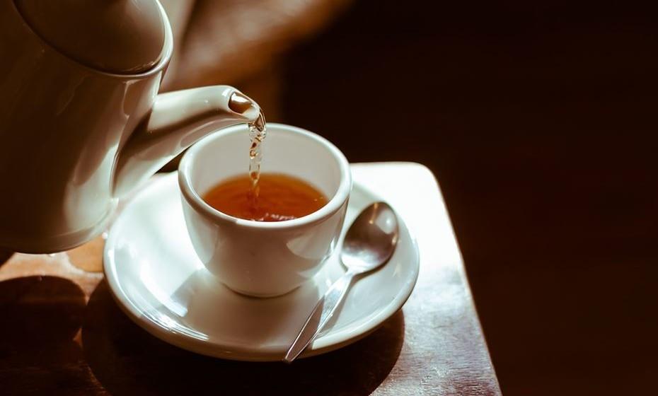 Chá verde e preto - O teor de cafeína do chá verde e preto tem um efeito diurético suave. No entanto, esse efeito desaparece à medida que as pessoas ganham tolerância. Por conseguinte, é improvável que funcione como um diurético naqueles que regularmente bebem estes chás.