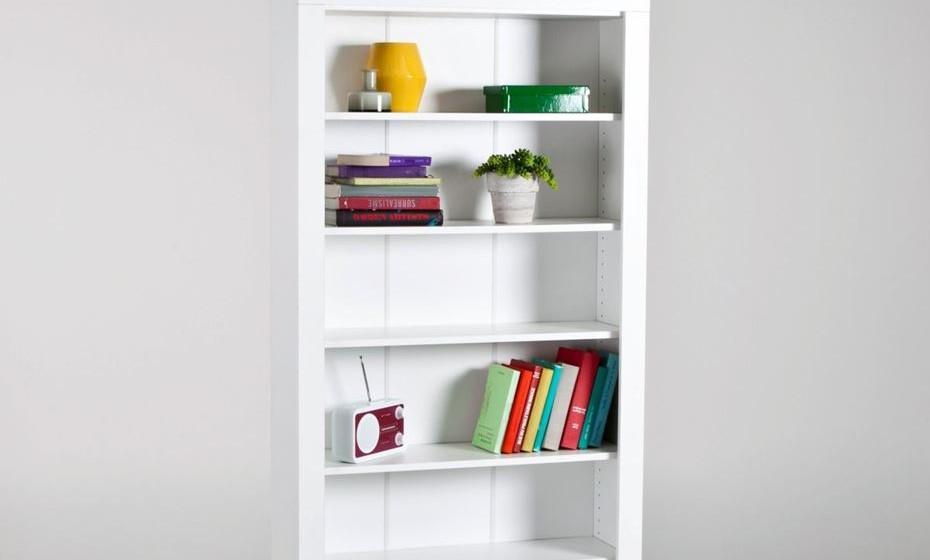 Ter uma estante é muito importante para a organização das capas, livros e materiais escolares. Coloque-a perto da secretária. (Fotos: Angela Pinheiro Home Design)