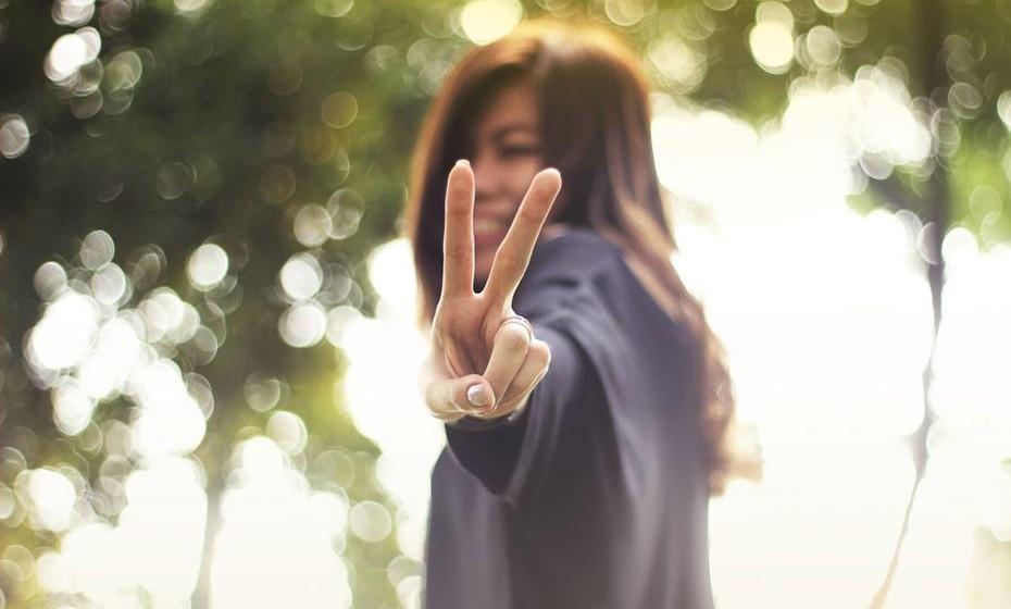 Dedos de paz: O sinal de paz de dois dedos forma um 'V' para 'Vitória'. Este gesto era popular durante e depois da Segunda Guerra Mundial. Na década de 60, os hippies usavam o gesto juntamente com a palavra 'Paz' para se manifestarem contra a guerra.