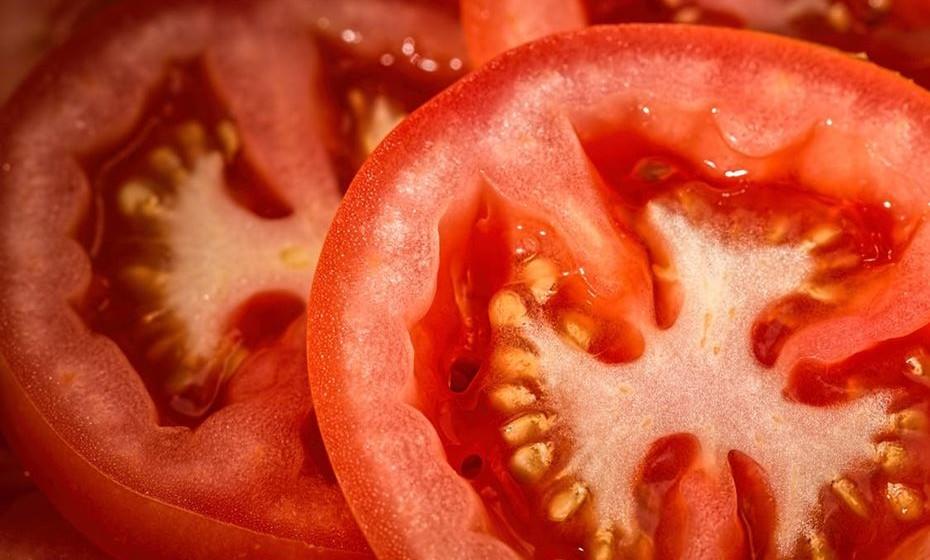 Tomate: Se cortar um tomate ao meio, percebe que ele tem quatro câmaras, tal como um coração humano. Tomates vermelhos são uma grande fonte de licopeno, uma substância vegetal que reduz o risco de doenças cardíacas.