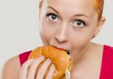 A fome é a sugestão natural de que o corpo precisa de mais alimentos. O estômago pode 'rosnar' e sentir-se vazio, a pessoa pode ter dores de cabeça, sentir-se irritada ou incapaz de se concentrar. A maioria das pessoas pode passar várias horas entre as refeições antes de sentir fome. Mas há outras que sofrem de uma 'fome excessiva'. E estas são algumas das razões.