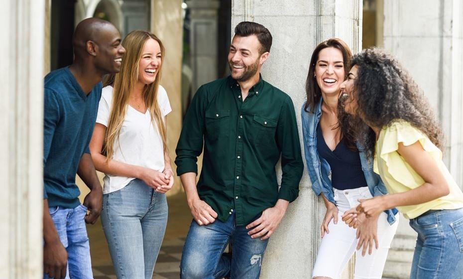 Uma boa gargalhada é mais contagiante do que qualquer vírus. Tem benefícios a nível físico, mental e social. É algo tão simples e tão benéfico para o ser humano que não há desculpas para não o fazer mais vezes. Confira os benefícios de rir.
