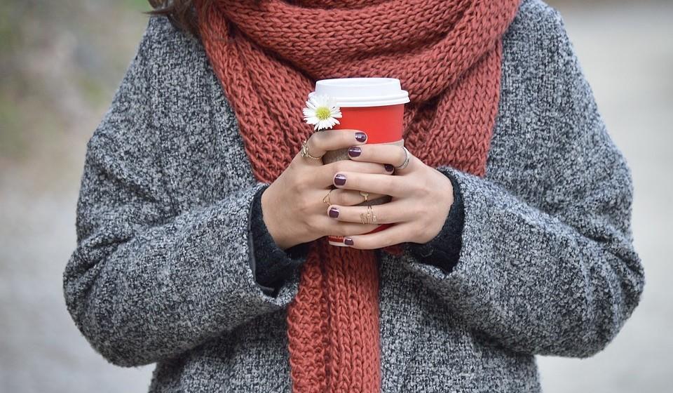 Cãibras e frio – O corpo pode sentir frio por não conseguir gerar calor suficientes. A falta de combustível também enfraquece os músculos levando a cãibras musculares.