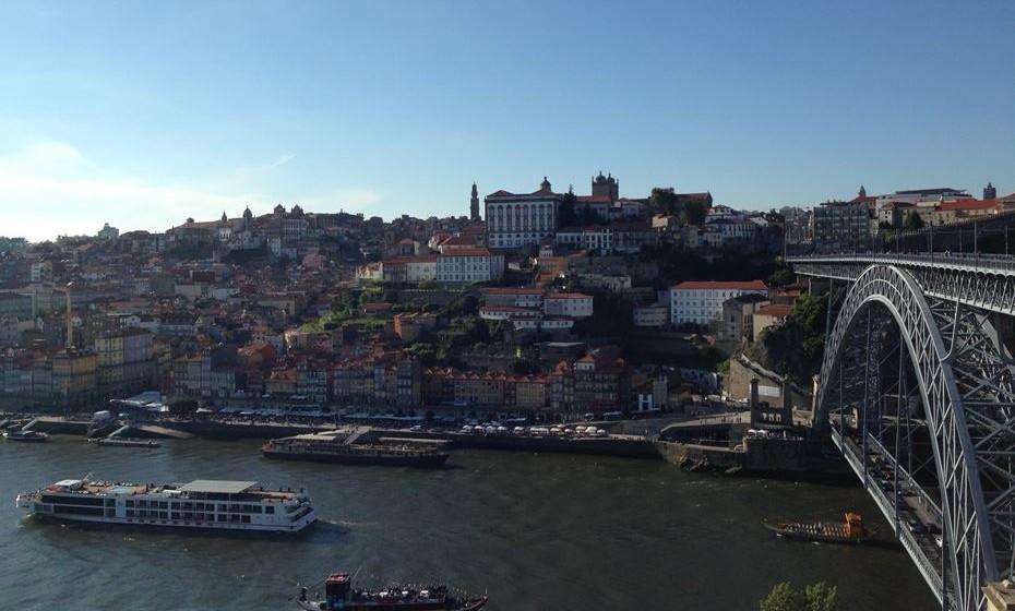2 – Porto:   Já o segundo lugar não é uma grande surpresa, pois apesar de os pratos portuenses mais famosos serem as Tripas e a Francesinha, a cidade Invicta já está acostumada a receber turistas de todos os tipos e, portanto, oferece uma culinária que reflete esta variedade.