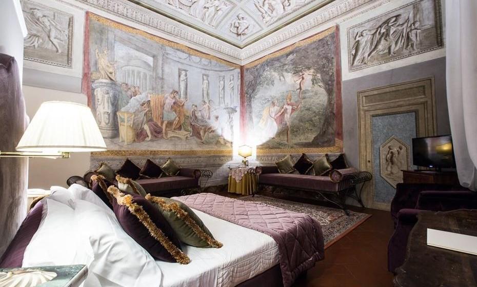2.Hotel Burchianti – Florença, Itália - Nos anos 30, conquistou poetas, artistas e até o próprio Benito Mussolini, porém hoje em dia o Hotel Burchianti, cujos preços vão desde 120€/noite, é um dos mais aterrorizantes de Florença. Há quem diga que vaguear pelos elegantes e labirínticos corredores do hotel é como planear um encontro com o além, com a possibilidade de se encontrar o fantasma de uma velha senhora a tricotar numa das cadeiras do lobby.