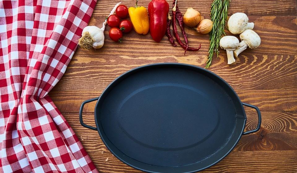 Provoca deficiências nutricionais - Isso porque é difícil consumir nutrientes importantes como ferro e vitamina B12 numa dieta com baixas calorias. E a falta de nutrientes tem várias implicações no organismo.