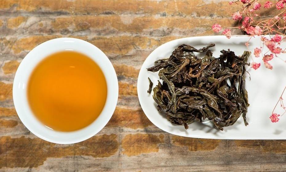 Chá preto – O chá preto é um tipo de chá que sofreu mais oxidação do que outros tipos, como chás verdes, brancos ou Oolong e daí a sua cor escura. Por ser rico em flavonoides, tem sido associado a reduções de peso, IMC e circunferência da cintura.