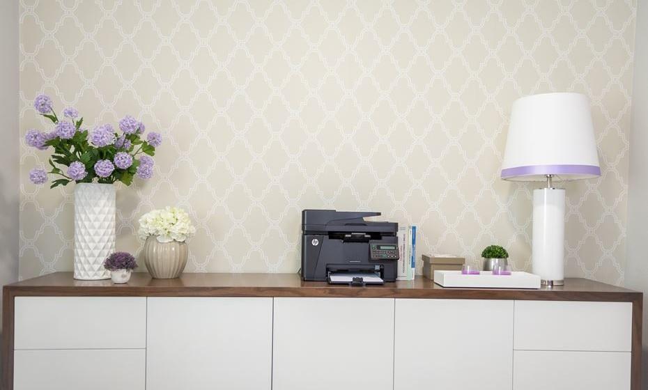 Coloque um móvel atrás da sua secretária para colocar pastas, impressora e  tudo o que necessita para efectuar o seu trabalho. Pense na sua produtividade e escolha os móveis funcionais e bonitos. Não se esqueça que estes são complementares aos móveis da casa e não devem ser vistos isoladamente.