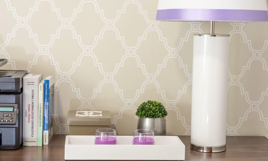Outros acessórios decorativos com várias funcionalidades dão um ar mais confortável ao seu escritório, como por exemplo uma caixa para guardar pequenos objetos ou um par de velas para criar ambiente e perfumar o espaço.