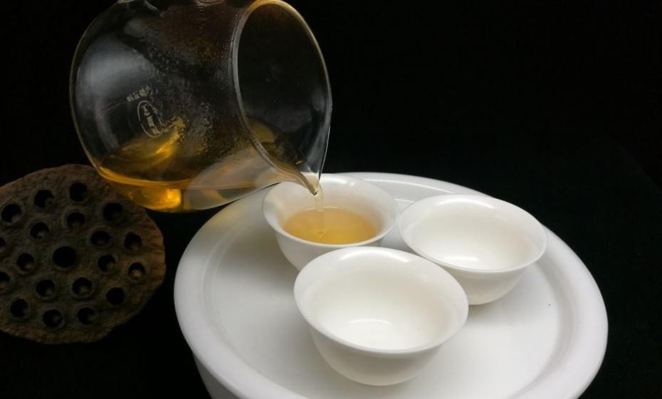 Chá Oolong – É um chá tradicional chinês que foi parcialmente oxidado, o que o coloca algures entre o chá verde e o chá preto em termos de oxidação e cor. É frequentemente descrito como tendo um aroma frutado, perfumado e um sabor único, embora estes possam variar significativamente de acordo com o nível de oxidação. Vários estudos mostraram que poderia ajudar a aumentar a perda de peso, melhorando a queima de gordura e acelerando o metabolismo.