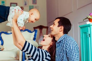 Estudo: pais continuam a relaxar enquanto as mães tomam conta da casa