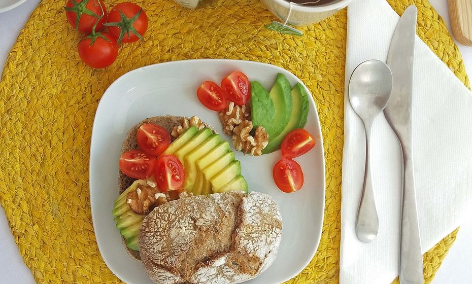Detalhe do pequeno-almoço vegan.