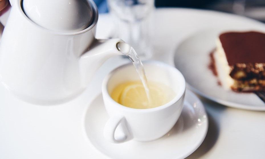 Chá branco – Destaca-se de outros tipos de chá porque é minimamente processado e colhido enquanto a planta de chá ainda é jovem e tem um sabor distinto de outros tipos de chá. É subtil, delicado e ligeiramente doce. Estudos mostram que o chá branco e o chá verde têm quantidades comparáveis de catequinas, que ajudam na perda de peso.