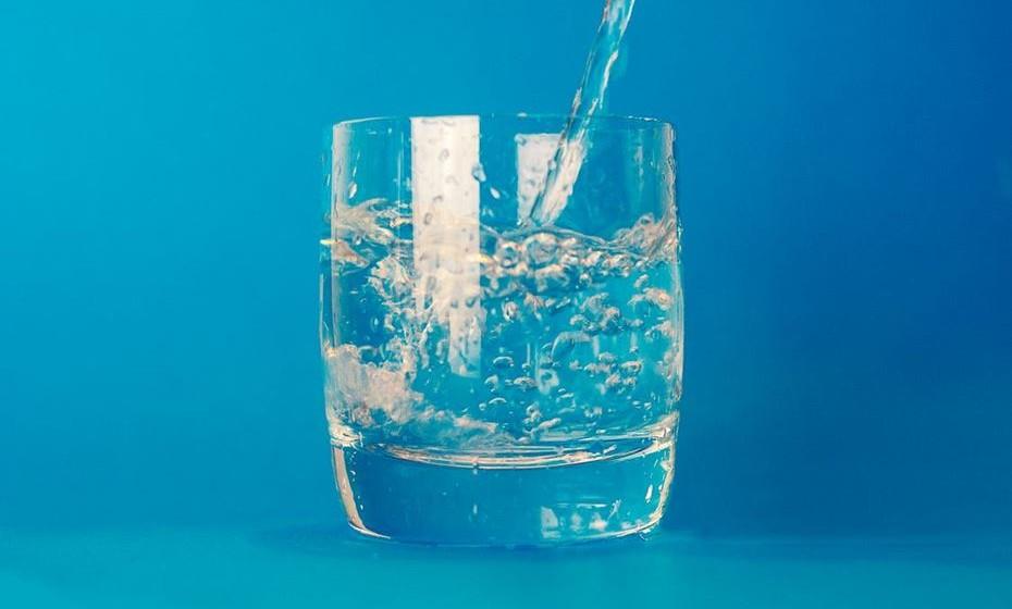 Não está a beber água suficiente. Beber bastante água tem vários benefícios para a saúde, incluindo manter o sistema digestivo saudável. A água também ajuda a dar a sensação de saciedade quando consumida antes das refeições. Além disso, se não beber água suficiente, é possível que confunda sensação de sede com fome.