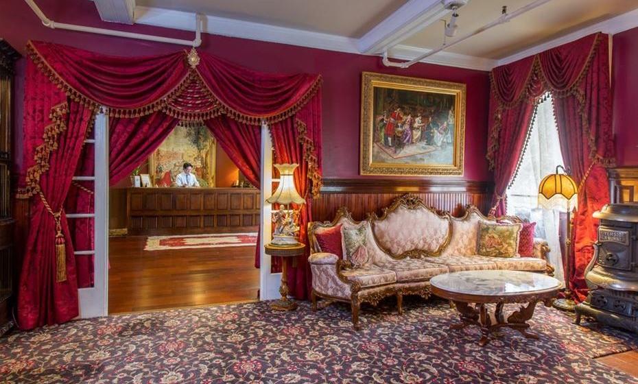 """5.The Queen Anne Hotel – São Francisco, EUA - O bairro de Pacific Heights alberga este acolhedor """"bed and breakfast"""" que era, inicialmente, uma escola para meninas. O fantasma que o assombra é, nada mais, nada menos, que a diretora da escola: após a venda do local, o espírito da Miss Mary Lake continuou no edifício, arranjando-se ao espelho e passando os dedos pelas teclas do antigo piano. A sua presença confere um toque de classe vitoriana ao The Queen Anne, um ambiente em que reina a mobília vintage e são oferecidas bolachinhas aos hóspedes."""