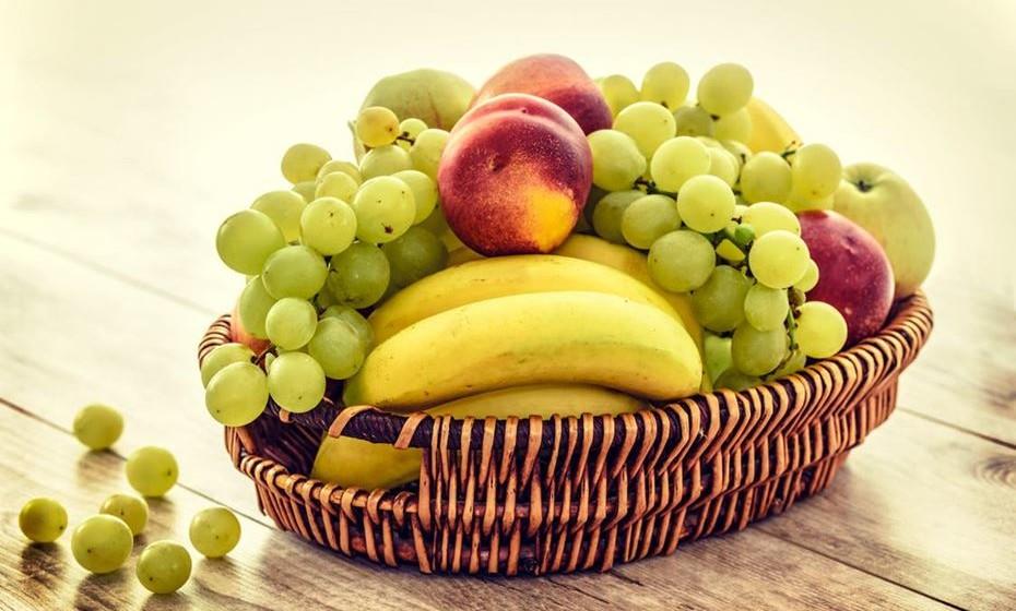 Falta fibra na sua dieta. Consumir muitos alimentos ricos em fibra é benéfico para manter a fome sob controlo. Os alimentos com alto teor de fibras retardam a taxa de esvaziamento do estômago e demoram a digerir mais do que os alimentos com baixo teor de fibras. Além disso, uma alta ingestão de fibras influencia a libertação de hormonas redutoras de apetite e a produção de ácidos gordos, que demonstraram ter efeitos de promoção da plenitude.