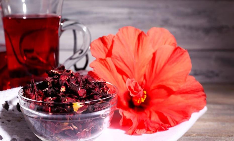Chá de ervas - Os chás de ervas envolvem a infusão de ervas, especiarias e frutos em água quente. Diferem dos chás tradicionais, porque geralmente não contêm cafeína e não são feitos de folhas de Camellia sinensis. As variedades populares de chá de ervas que incentivam a perda de peso incluem chá de rooibos, chá de gengibre, chá de roseira e chá de hibisco. Embora os ingredientes e formulações de chás de ervas possam variar significativamente, há estudos que relacionam os chás de ervas com a redução de peso e perda de gordura. Fonte: Authority Nutrition.