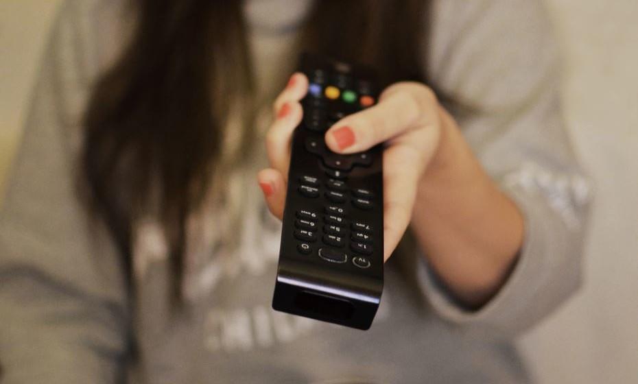 Come com um elemento de distração. Comer a ver televisão ou a olhar para o telemóvel vai fazer com que o seu cérebro reconheça com mais dificuldade que já está cheio. Impede que reconheça os sinais de plenitude do seu corpo de forma eficiente, como quando não está distraído.