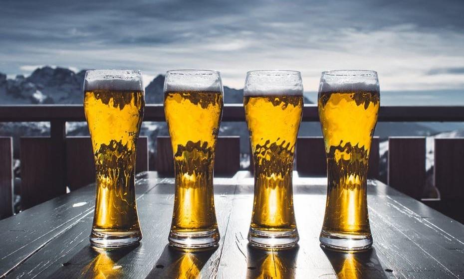 Bebe demasiado álcool. Isto pode fazer com que você fique com fome frequentemente devido ao seu papel na diminuição da produção de hormonas que promovem a plenitude. Para reduzir os efeitos indutores de fome do álcool, é melhor consumi-lo moderadamente ou evitá-lo completamente.