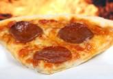 Se é amante de pizza, o maior conselho que podemos dar é fazer a sua pizza em casa. Desta forma, tem maior controlo sobre os valores nutricionais da sua refeição. Não diabolizando alimentos, mas tendo conhecimento e informação sobre o que se está a ingerir. Assim, é possível saborear pizza de forma equilibrada e saudável.