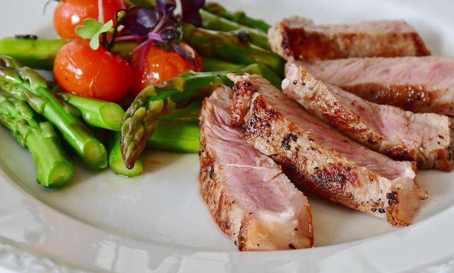 Bife: Carne nos seus sonhos poderá significar problemas de saúde. Se está a comer um bife numa mesa bonita, num jantar agradável, harmonia e amor estão no seu caminho.