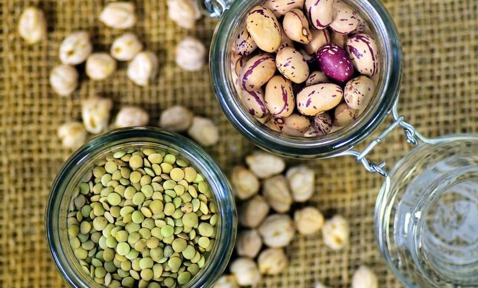 Feijões e lentilhas são ricos em fibras, proteínas e micronutrientes. Possuem também uma grande quantidade de ferro, zinco, ácido fólico, magnésio e potássio. Uma chávena de feijão cozido fornece 25% da DDR de cálcio.