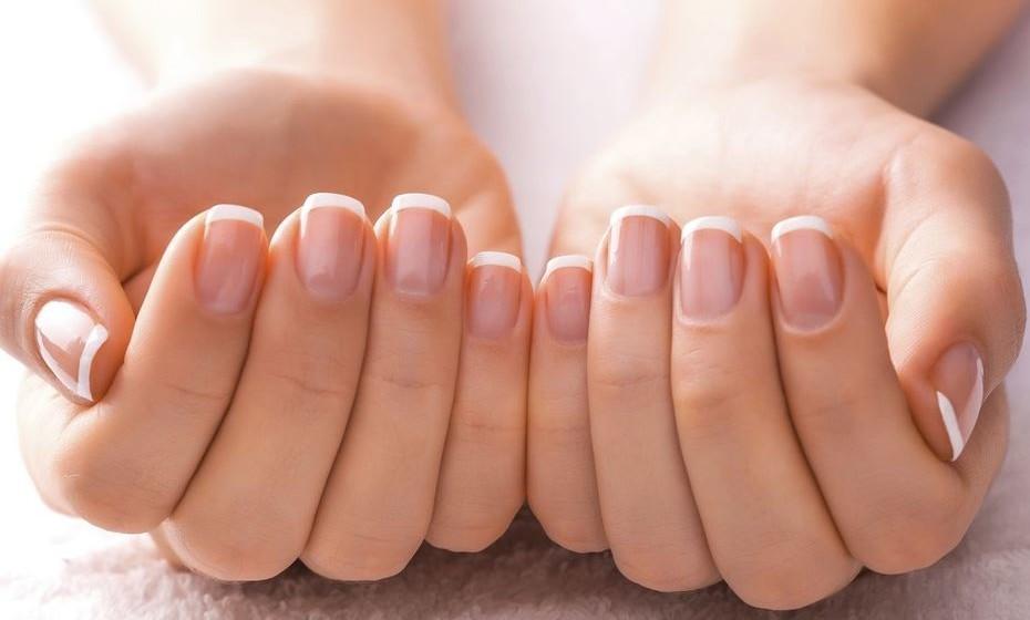 Quer esbranquiçar as suas unhas? Esqueça os produtos de beleza caríssimos. Esfregue-as com polpa de limão.