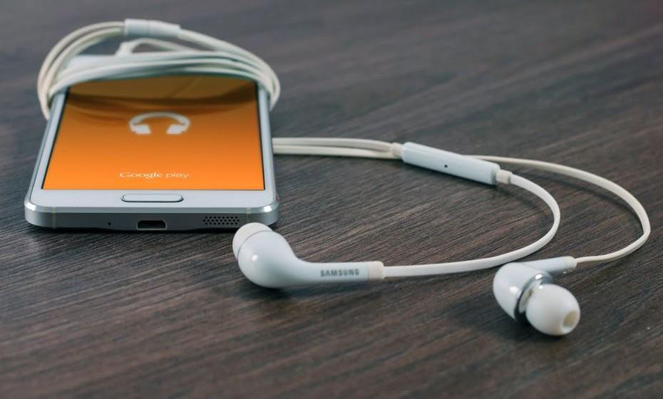 Crie um alarme energizante: Esqueça o toque estridente do telemóvel. Prefira a sua música preferida ou, melhor ainda, aquela música que lhe dá sempre vontade de dançar e cantar. É impossível acordar sem boa-disposição.