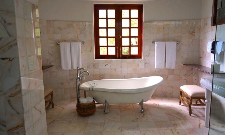 A limpeza da casa de banho é fulcral. Evite ter roupa suja espalhada por todos os cantos, cabelos por todo o lado e tenha em atenção aos odores. A casa de banho pode ser um bom local para experienciarem alguns momentos de prazer, mas ninguém quer fazê-lo no meio da sujidade.